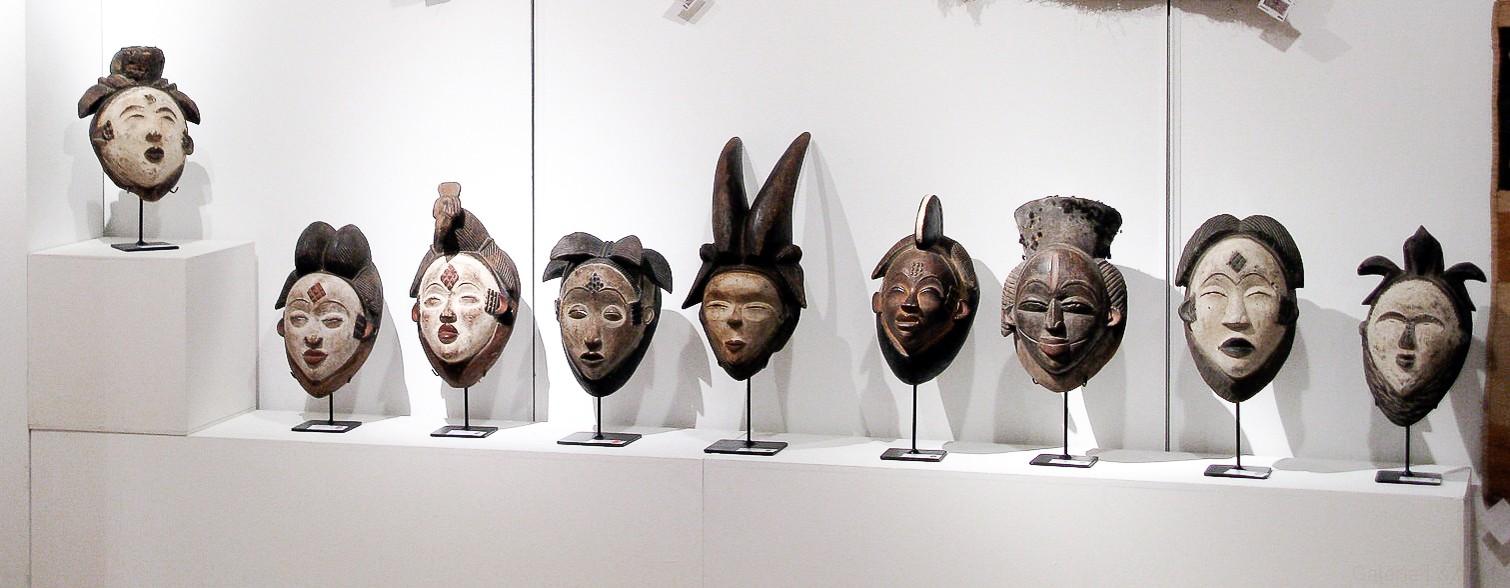 Masques africains du Gabon : Masques Punu Ikwara, Pumbu ou Phumbu, Okuyi au visage blanc. Authentiques objets d'art primitif proposé par une galerie