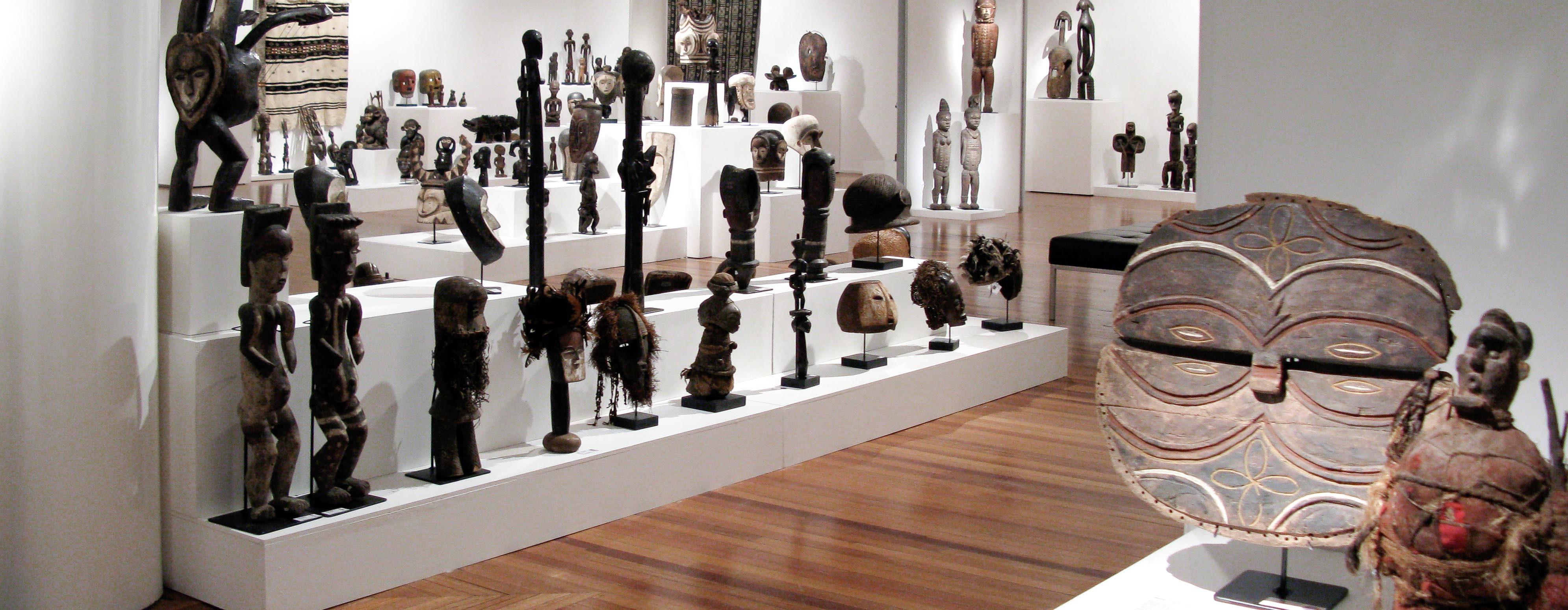 Masque africain et statue africaine Teke, figures Fang Byeri du Gabon et autres objets d'art primitif dans une galerie d'art