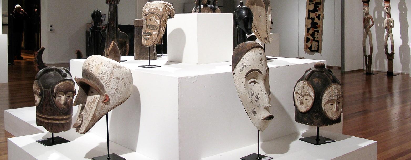 Des masques du Gabon : masques africains Ngil et masques heaumes Ngontang présenté dans une galerie d'art traditionnel d'Afrique