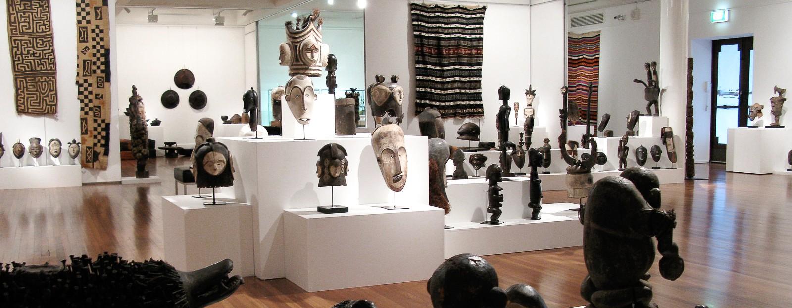 Dans cette galerie d'art africain, on voit des masques et heaumes Fang Ngil et Ngontang, des masques Punu Okuyi, des objets d'art primitif Kongo, des statues Fang Byeri