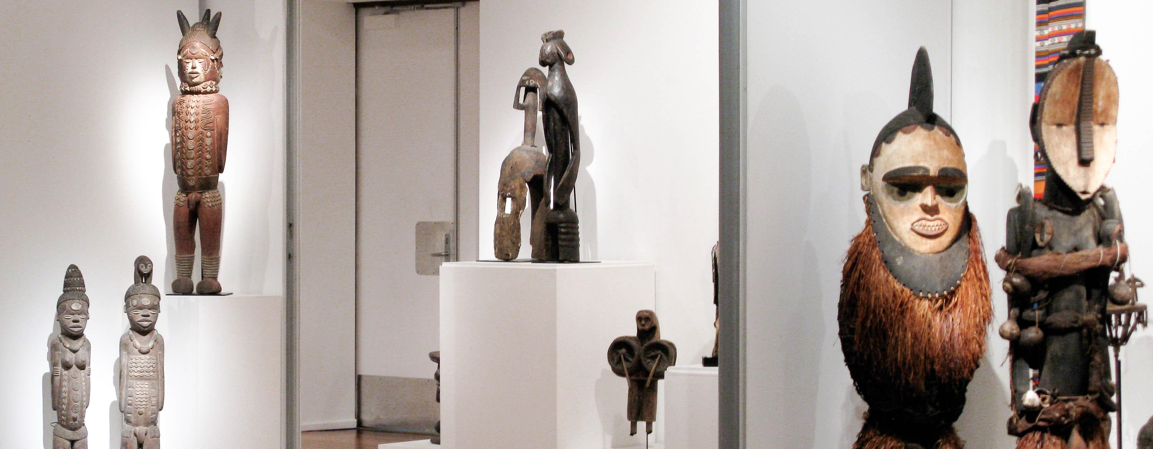 Des statues africaines Kuyu du Congo, des objets d'art Mumuye au Nigéria dont une statue Lagalagana et un maque d'épaule Sukwava ou Karim dans une galerie d'art africain traditionnel